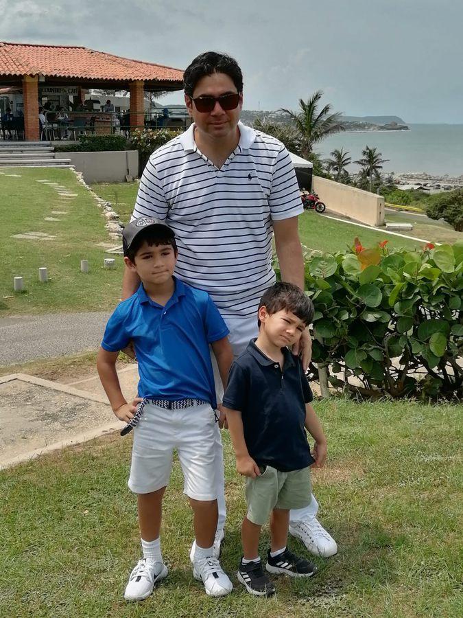 Miguel Antonio Fernández con su tio y hermano